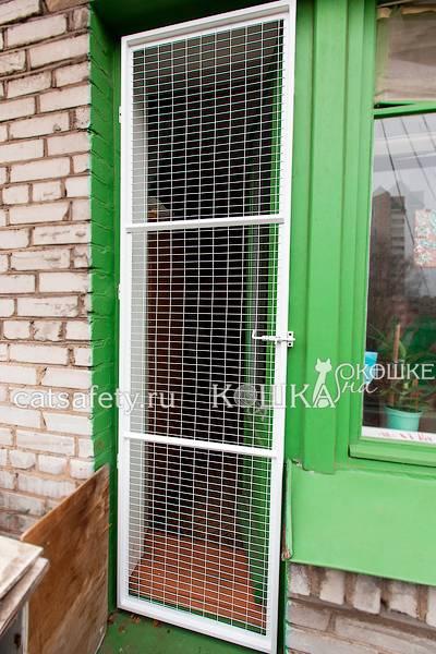 Как выбрать и установить сетку на окна для кошек: варианты решения проблемы