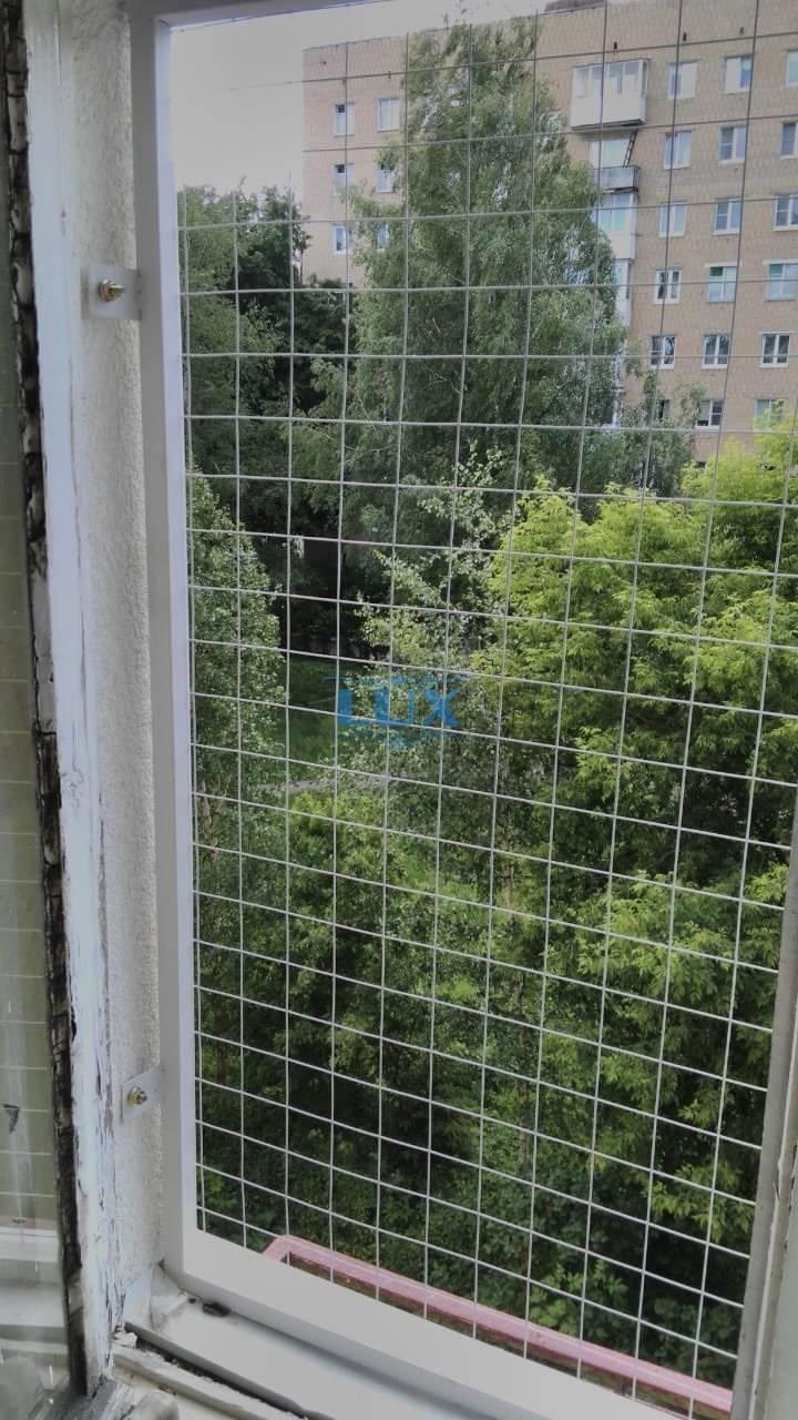 Металлические сетки на окна от кошек: монтаж своими руками