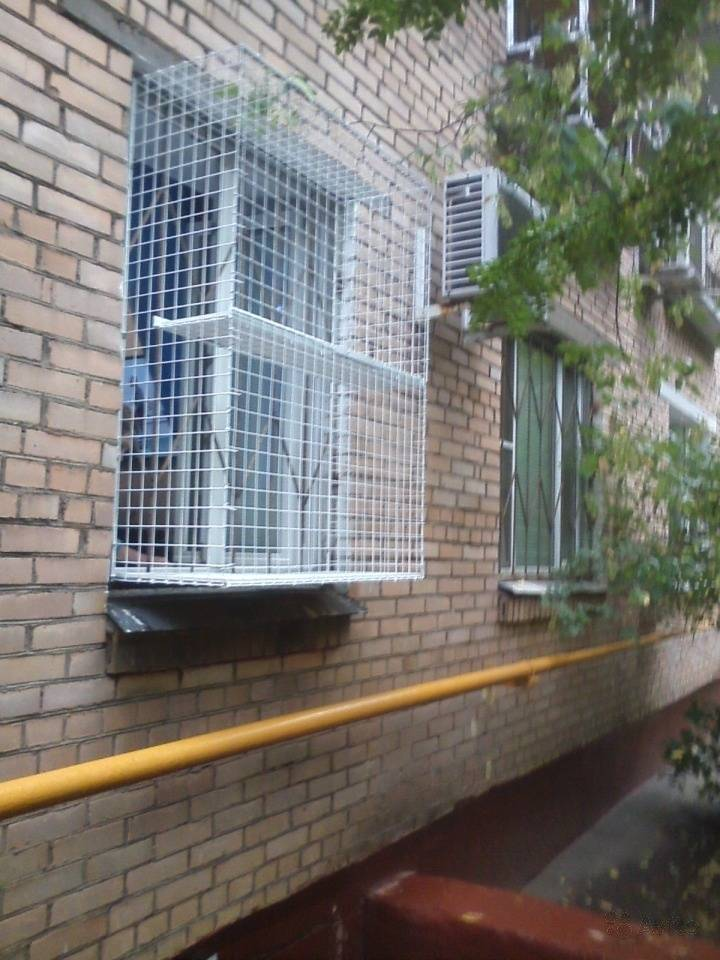 Защитная москитная сетка на окна для безопасности кошек